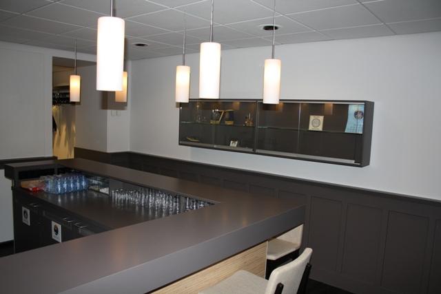 de foto rechts dezelfde ruimte van een andere plek gefotografeerd u kijkt nu langs de bar met links daarvan de keuken naar de nog niet gevulde